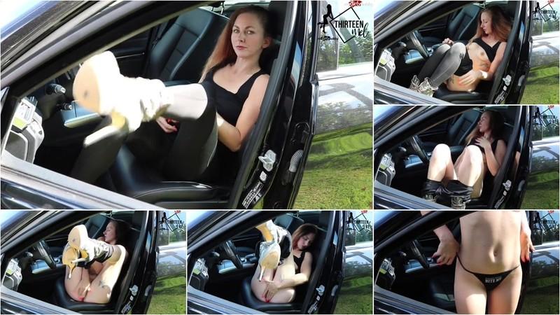 Thirteen-Mel - Notgeil in meinem Auto zum Orgasmus gefingert [HD 720P]